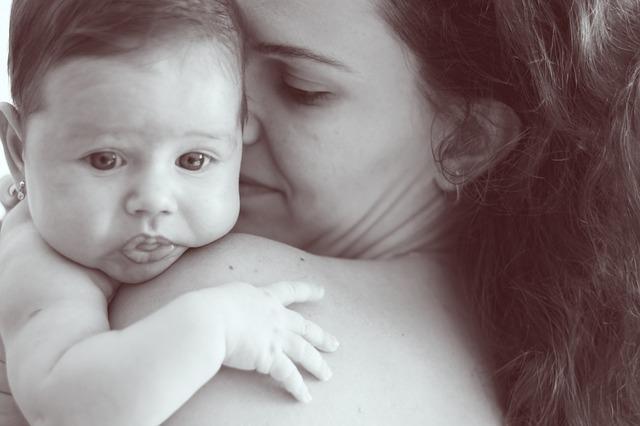 首すわり前の縦抱きは危険?新生児の首がガクンとした時の影響と対処法