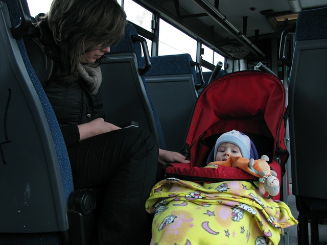 抱っこ紐とベビーカーはどっちが赤ちゃんに負担?場面別の選び方と上手な活用方法