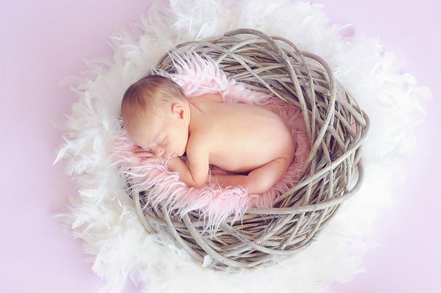 【新生児】赤ちゃんの頭が熱いのは病気?ママができる対処法と受診の目安