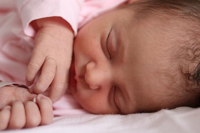 【新生児】寝てる時に呼吸が早くなるのはなぜ?考えられる原因と受診のチェック項目