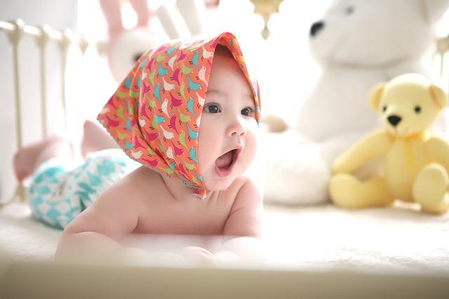 ベビーローションは舐めても大丈夫?心配になる赤ちゃんの行動と5つの対策