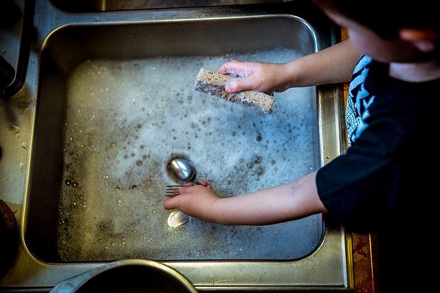 【疑問】哺乳瓶を洗う時の洗剤は普通の食器洗剤は使っちゃダメ?