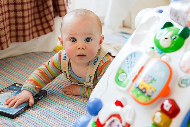 【生後6ヶ月】おもちゃに手を伸ばさないのは問題?成長を促す環境作りのポイント