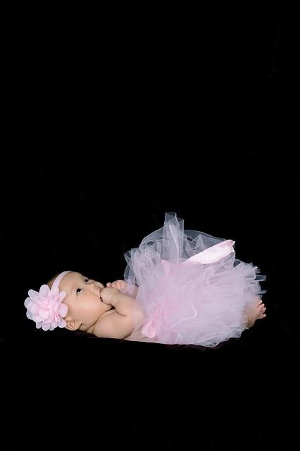 赤ちゃんが天井をじっと見つめる時に考えられる5つの不思議な理由