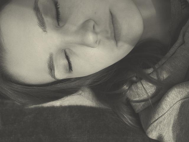 授乳中でも飲める睡眠薬はある?赤ちゃんへの影響とママの眠りを促す7つのコツ